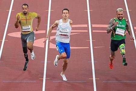 Leon Schäfer (l) gewann über die 100 Meter die Bronzemedaille. Foto: Karl-Josef Hildenbrand/dpa