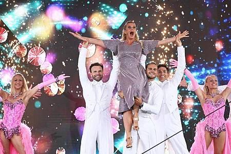 Mit Schwung in den Abend:Barbara Schöneberger lässt sich von «Let`s Dance»-Gewinner Rúrik Gíslason auf Händen tragen. Foto: Henning Kaiser/dpa