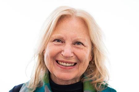 Maren Kroymann, Schauspielerin, Kabarettistin und Sängerin, lächelt vor der offiziellen Verleihung der Carl-Zuckmayer-Medaille. Foto: Andreas Arnold/dpa