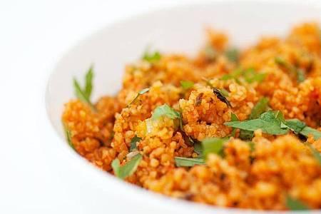 Gut für Couscous-Salat:Sumach verfeinert vor allem Gerichte aus der orientalischen Küche. Foto: Andrea Warnecke/dpa-tmn