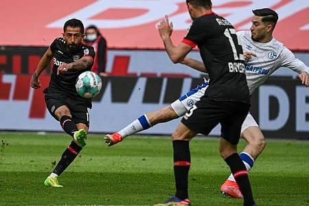 Leverkusens Mittelfeldspieler Kerem Demirbay schießt auf das Tor. Foto: Federico Gambarini/dpa POOL/dpa