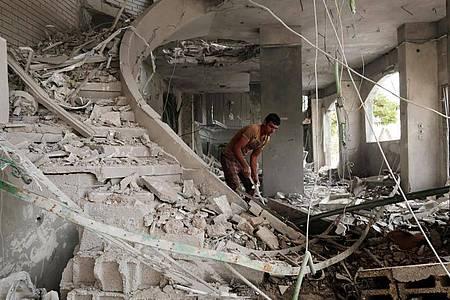 Ein Palästinenser inspiziert durch einen israelischen Luftangriff entstandene Schäden. Foto: Yasser Qudih/APA Images via ZUMA Wire/dpa