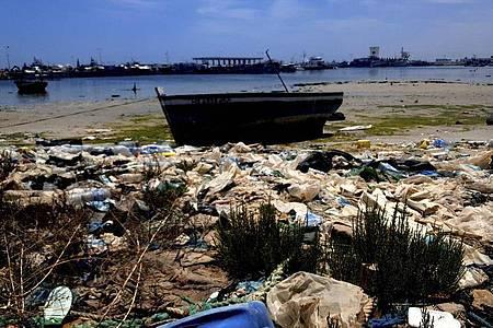 Das Ufer der tunesischen Küstenstadt Zarzis im Juni 2021. Erneut sind vor der Küste des Landes 49 Leichen geborgen worden. Insgesamt sanken vier Boote in der Nähe der Stadt Sfax. Foto: Mehdi El Arem/AP/dpa