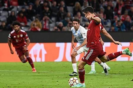 Weltfußballer Robert Lewandowski brachte die Bayern vom Elfmeterpunkt in Führung. Foto: Sven Hoppe/dpa