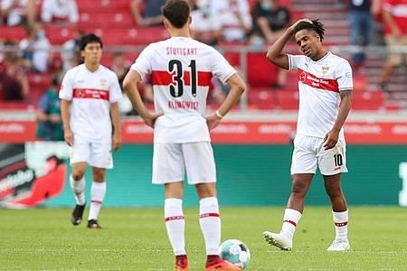 Die Stuttgarter Spieler hadern sichtlich mit der Heimniederlage im Spiel gegn den SC Freiburg. Foto: Tom Weller/dpa