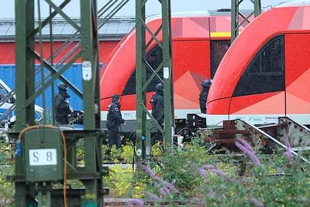 Auf einem Gelände der Bahn hatte eine Reinigungskraft am Freitagabend in einem Zug einen verdächtigen Gegenstand entdeckt. Foto: Steil-TV/dpa