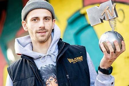 """Fynn Kliemann mit seinem MTV Europe Music Award auf seinem Hof """"Kliemannsland"""". Foto: Hauke-Christian Dittrich/dpa"""