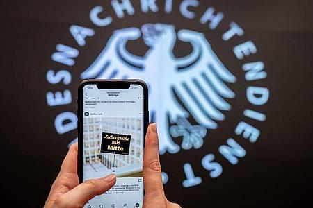 Fast ein Agenten-Klassiker: «Liebesgrüße aus Mitte», gesendet vom BND auf Instagram. Foto: Kay Nietfeld/dpa