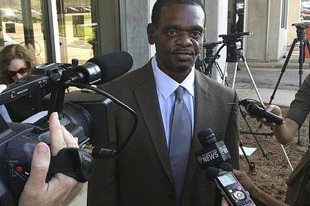 Henry McCollum 2014 in Raleigh nach seiner Entlassung aus dem Gefängnis. Foto: Michael Biesecker/AP/dpa
