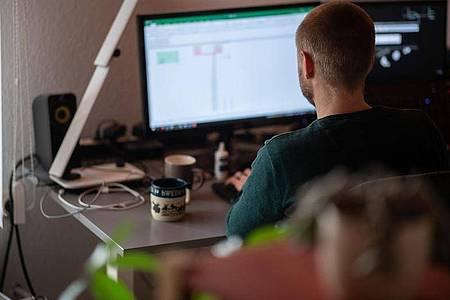 Die jahrzehntelang typische Fünf-Tage-Bürowoche wird für die meisten Arbeitnehmer wohl auch nach der Pandemie nicht mehr wiederkommen. Inzwischen gibt es sogar erste größere Firmen, die ihre Mitarbeiter im Arbeitsalltag überhaupt nicht mehr im Büro einplanen. Foto: Sebastian Gollnow/dpa
