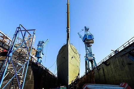 Das Marine-Segelschulschiff «Gorch Fock» liegt in einem Dock der Bredo-Werft. Foto: Mohssen Assanimoghaddam/dpa
