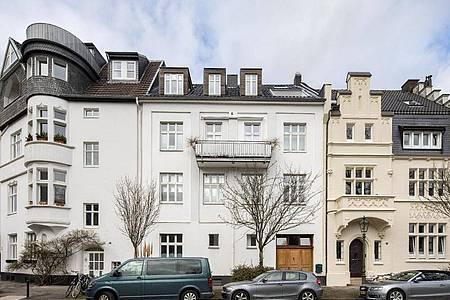Das frühere Haus des Künstlers Joseph Beuys in Düsseldorf (Mitte, weiß) steht zum Verkauf. Foto: Marcel Kusch/dpa