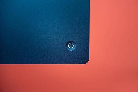 Einschalten mit Links: Der Ein-Aus-Schalter sitzt auf der Rückseite des iMac-Gehäuses. Foto: Zacharie Scheurer/dpa-tmn