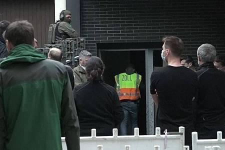 Einsatzkräfte bei dem Einsatz gegen die Rauschgiftkriminalität vor einem Bürogebäude in Essen. Foto: Markus Gayk/TNN/dpa