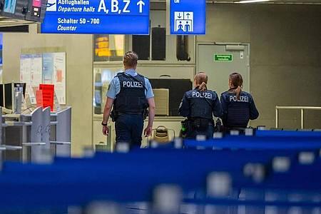 Polizisten am Frankfurter Flughafen. Foto: Andreas Arnold/dpa