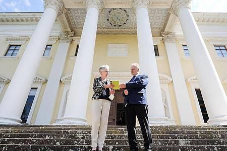 Ministerpräsident Reiner Haseloff und Kulturstiftungs-Direktorin Brigitte Mang vor dem fertig restaurierten Schloss Wörlitz. Foto: Jan Woitas/dpa-Zentralbild/dpa