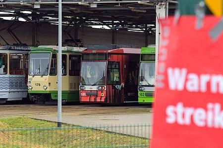 Ein rotes Plakat mit der Aufschrift «Warnstreik» klebt an der Einfahrt zu den Verkehrsbetrieben Brandenburg an der Havel GmbH. Foto: Soeren Stache/dpa-Zentralbild/ZB