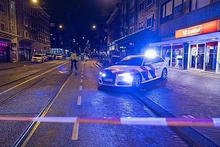 Rettungsdienste in der Ferdinand Bolstraat, wo fünf Menschen durch Messerstiche teils schwer verletzt wurden, ein Mensch starb. Nach ersten Berichten der Polizei und der örtlichen Medien wurde ein Verdächtiger festgenommen. Foto: Michel Van Bergen/ANP/dpa