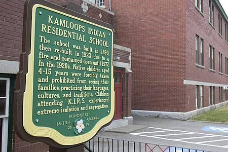 Eine Gedenktafel außerhalb der ehemaligen Kamloops Indian Residential School. Foto: Andrew Snucins/The Canadian Press/dpa