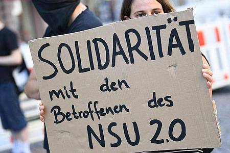 Ein mutmaßlicher Verfasser von rechtsextremen Drohschreiben mit dem Absender «NSU 2.0» ist wegen illegalen Waffenbesitzes angeklagt worden. Foto: Arne Dedert/dpa