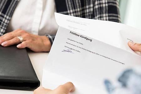 Bevor der Arbeitgeber fristlos kündigen kann, muss er bei unentschuldigtem Fehlen in der Regel zunächst eine Abmahnung oder eine Arbeitsaufforderung aussprechen. Foto: Christin Klose/dpa-tmn