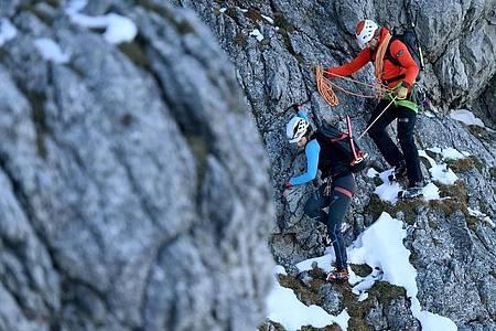 Motivieren gehört zum Job: Der angehende Bergführer Manuel Haff übt auf Trainingstouren, sich auf unterschiedliche Charakter einzustellen. Foto: Angelika Warmuth/dpa-tmn
