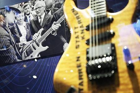 Die Gitarre, die Udo Lindenberg 1987 Erich Honecker in Wuppertal überreichte. Foto: Oliver Berg/dpa