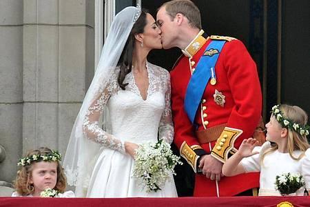 Es war eine Traumhochzeit:William und Kate küssen sich auf dem Balkon des Buckingham-Palastes - und die ganze Welt sieht zu. Foto: Peter Kneffel/dpa