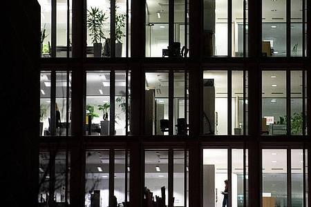 Licht leuchtet in einem Bürogebäude. Trotz Pandemie wurden im vergangenen Jahr 1,67 Milliarden Überstunden geleistet. Foto: Sebastian Gollnow/dpa/Symbolbild