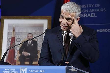 Jair Lapid,Außenminister von Israel, während einer Pressekonferenz. Foto: Abdeljalil Bounhar/AP/dpa/Archivbild