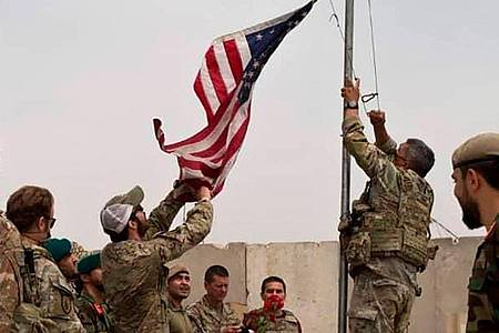 Bei einer Übergabezeremonie von der US-Armee an die afghanische Nationalarmee im Camp Anthonic wird eine US-Flagge vom Mast heruntergelassen. Foto: -/Defense Press Office/AP/dpa