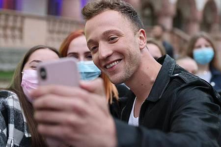 Ein Traum wird wahr - ein Selfie mit Joris. Foto: Jan Woitas/dpa
