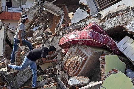 Nach dem Erdbeben auf der indonesischen Insel Sulawesi fahnden Anwohner noch immer nach Lebenszeichen. Foto: Yusuf Wahil/AP/dpa