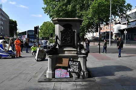 Der leere Sockel in Bristol, auf dem einst die Statue des Sklavenhändlers Edward Colston stand. Foto: Ben Birchall/PA Wire/dpa