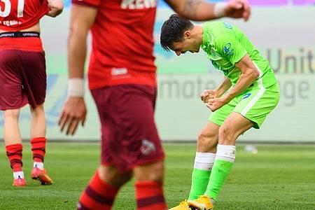 Wolfsburgs Josip Brekalo (r) jubelt nach seinem Tor zum 1:0 gegen den 1. FCKöln. Foto: Swen Pförtner/dpa