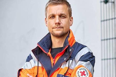 Nach zweieinhalb Wochen im Einsatz an Bord des Seenotrettungsschiffes «Sea-Eye 4» auf dem Mittelmeer hat sich Tobias Schlegl zu seinen eindrücklichen Erlebnissen geäußert. Foto: Georg Wendt/dpa