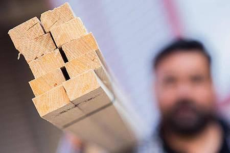 Mangelware Holz: Die Baubranche kämpft mit enormen Engpässen. Foto: Rolf Vennenbernd/dpa