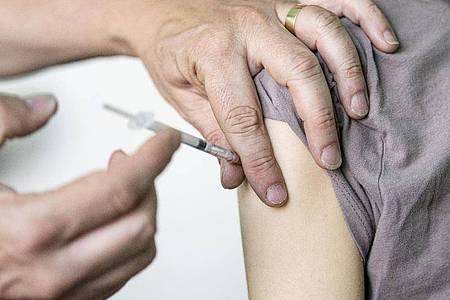 Ein Kinder- und Jugendarzt in Berlin impft eine junge Frau mit dem Corona-Impfstoff Comirnaty von Biontech/Pfizer. Foto: Fabian Sommer/dpa