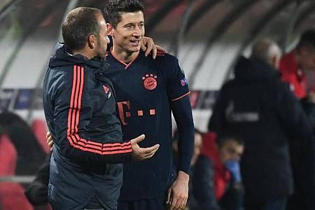 Sind mit Bayern bei Tabellenführer Leverkusen gefordert: Hansi Flick (l) und der frischgebackene Weltfußballer Robert Lewandowski. Foto: Sven Hoppe/dpa