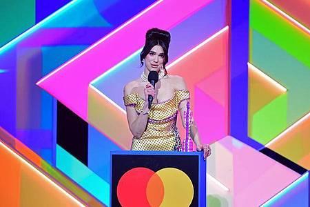 Die Sängerin Dua Lipa nimmt den Preis für die beste Solokünstlerin während der Brit Awards 2021 entgegen. Foto: Ian West/PA Wire/dpa