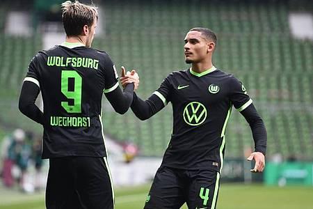 Wout Weghorst (l) sorgte beim Wolfsburger Auswärtssieg in Bremen für die Vorentscheidung. Foto: Carmen Jaspersen/dpa