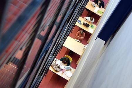 Wer nach Ausbildung und einigen Jahren im Berufsleben ein Studium angeht, kann Anspruch auf Bafög haben - ganz unabhängig vom Einkommen der Eltern. Foto: Felix Kästle/dpa-tmn