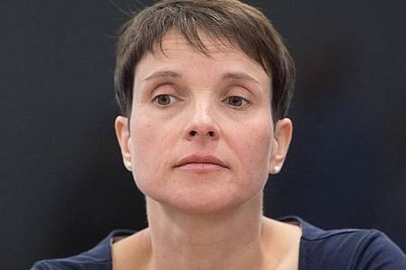 Frauke Petry sitzt vor Beginn einer Verhandlung im Gerichtssaal. Die ehemalige AfD-Chefin muss sich erneut wegen Steuerhinterziehung und Subventionsbetrugs vor Gericht verantworten. Foto: Sebastian Kahnert/zb/dpa