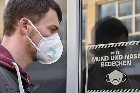 Mann mit FFP2-Maske