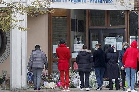 Schüler gedenken dem Lehrer, der bei einer mutmaßlich terroristisch motivierten Tat ermordet wurde. Foto: Michel Euler/AP/dpa