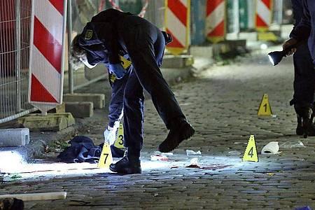 Kriminaltechniker und die Tatortgruppe des LKA Sachsen untersuchen den Tatort. Foto: Roland Halkasch/dpa-Zentralbild/dpa