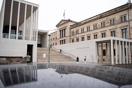 Die verwaiste Berliner Museumsinsel mit der James Simon Galerie (l.) und dem Neuen Museum. Foto: Bernd von Jutrczenka/dpa