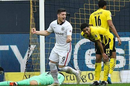 Frankfurts Stürmer Luka Jovic jubelt nach dem Tor zur 1:0-Führung - Dortmunds Mittelfeldspieler Jude Bellingham (r) steht geschlagen daneben. Foto: Martin Meissner/Pool AP/dpa