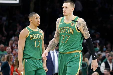 Auch das NBA-Team von Daniel Theis (r) meldet Corona-Fälle. Foto: Mary Schwalm/AP/dpa