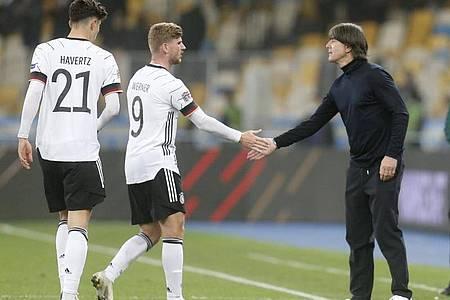 Bundestrainer Joachim Löw (r) feierte mit dem DFB-Team um Timo Werner (M.) und Kai Havertz einen wichtigen Sieg. Foto: Efrem Lukatsky/AP/dpa